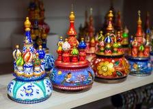 Hölzerne Andenken in Form von Tempel von Vasily Blazhenny stehen auf einem Regalsouvenirladen lizenzfreies stockfoto