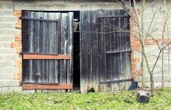 Hölzerne, angelehnte Tür der Scheune lizenzfreie stockbilder