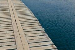 Hölzerne Anlegestelle über plätscherndem Wasser Stockfoto