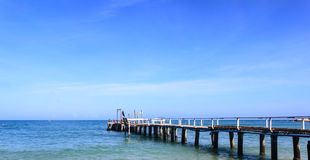 Hölzerne Anlegestelle auf dem Meer Stockfotos