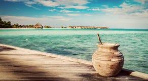 Hölzerne Anlegestelle auf dem Ozean und dem maledivischen Erholungsort stockfoto