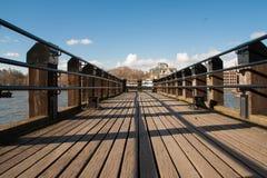 Hölzerne Anlegestelle auf der Themse Lizenzfreies Stockbild