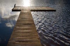 Hölzerne Anlegestelle auf einem geplätscherten See lizenzfreie stockfotografie
