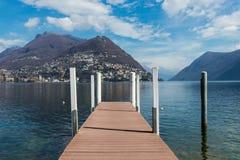 Hölzerne Anlegestelle auf See Bezirk Lugano, Tessin von der Schweiz stockbild