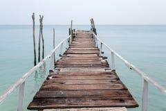 Hölzerne Anlegestelle und Meer Stockfotografie