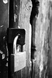 Hölzerne antike Tür mit einem Verschluss Stockfotos
