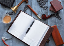 Hölzerne Arbeitstabelle der Männer mit dem Tagebuch lizenzfreies stockfoto