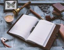 Hölzerne Arbeitstabelle der Männer mit dem Tagebuch lizenzfreie stockfotografie