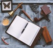 Hölzerne Arbeitstabelle der Männer mit dem Tagebuch lizenzfreie stockbilder