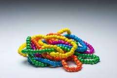 Hölzerne Armbänder der handgemachten Mode voll von Farben Stockbild