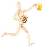 Hölzerne Attrappe mit Glas des Bieres und des Geschenks Lizenzfreie Stockfotografie
