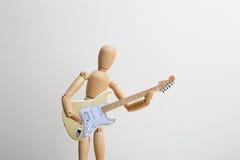 Hölzerne Attrappe, welche die E-Gitarre spielt Stockfoto