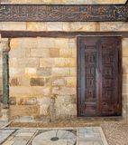 Hölzerne aufwändige Tür über Steinwand, Kairo, Ägypten Stockfotografie