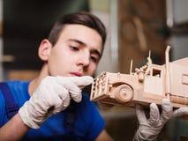 Hölzerne Autonahaufnahme mit den Händen des Meisters Stockfotos
