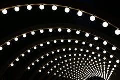 Hölzerne Bögen mit kugelförmigen glänzenden Lampen Stockfotos