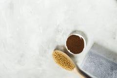 Hölzerne Bürste für trockenen Massage- und gemahlenenkaffee mit einem Tuch Ansicht von oben stockbild