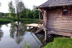 Hölzerne Badeanstalt und Sommerteich Lizenzfreies Stockfoto