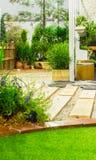 Hölzerne Bahn im Garten auf Sommer Lizenzfreie Stockbilder