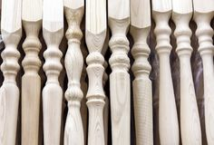 Hölzerne Baluster der Kiefer für das Treppenhausgeländer lizenzfreie stockfotos