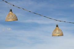 Hölzerne Bambuslampe mit Himmelhintergrund Stockfotos