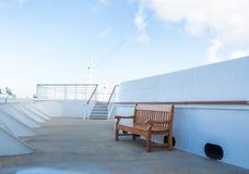 Hölzerne Bank auf weißem Kreuzschiff Stockfotografie