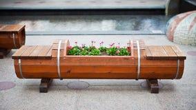 Hölzerne Bank und Flowerbed Stockbild