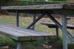 Hölzerne Bank und Tabelle im Freien im Park Lizenzfreies Stockbild