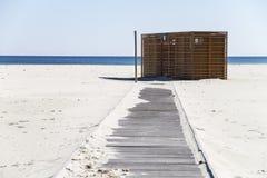 Hölzerne Bar Baracca, geschlossen, auf dem verlassenen weißen Strand mit dem blauen sardinischen Meer und Himmel im Hintergrund stockfotos