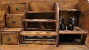Hölzerne Bar der Weinweinlese mit Rotwein stockbilder