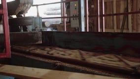 Hölzerne Bauholzplanke des Sägemühlenmaschinenausschnitts, Rollenmetallzylinder stock video footage