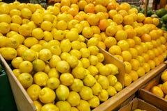 Hölzerne Behälter gefüllt mit frischen Zitronen und Orangen lizenzfreies stockfoto