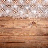 Hölzerne Beschaffenheit, Holztisch mit Draufsicht der weißen Spitzetischdecke Stockfoto