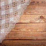 Hölzerne Beschaffenheit, Holztisch mit Draufsicht der weißen Spitzetischdecke Lizenzfreies Stockbild