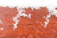 Hölzerne Beschaffenheit mit Eis und Schnee lizenzfreies stockfoto