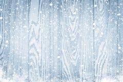 Hölzerne Beschaffenheit mit Schneeweihnachtshintergrund Lizenzfreie Stockfotografie
