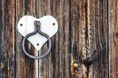 Hölzerne Beschaffenheit Türgriff in einem Retrostil, mit der Form des Herzens Stockbilder