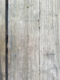 Hölzerne Beschaffenheit zersplitterte Hintergrund, Nahaufnahme der Tabelle draußen Vertikale Planken Oberfläche hat drei große Te lizenzfreies stockbild