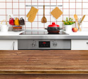 Hölzerne Beschaffenheitstabelle auf Küchenbankhintergrund Lizenzfreies Stockfoto