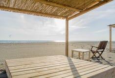 Hölzerne Betten auf dem Strand lizenzfreie stockfotografie