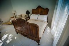 Hölzerne Bettmöbel des klassischen Teakholzes im warmen und gemütlichen Schlafzimmer, Ne Stockbilder