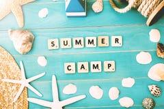 Hölzerne Blöcke auf einer Tabelle für Sommer-Lager-Konzept Lizenzfreies Stockbild