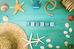 Hölzerne Blöcke auf einer Tabelle mit Sommer-Mitteilung Lizenzfreies Stockfoto