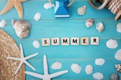 Hölzerne Blöcke auf einer Tabelle mit Sommer-Mitteilung Stockfotografie