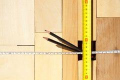Hölzerne Blöcke Maßband und Bleistifte Lizenzfreies Stockbild