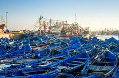 Hölzerne blaue Boote des Essaouira-Stadthafens bei Sonnenaufgang in Marokko, Afrika Ruhiger Meerblick des Ozeans bei Sonnenunterg lizenzfreie stockfotografie