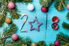 Hölzerne blaue Tabelle des neuen Jahres mit Weihnachten stellt dar Lizenzfreie Stockfotografie