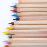 Hölzerne Bleistifte auf dem weißen Hintergrund Lizenzfreie Stockfotografie