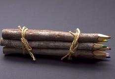 Hölzerne Bleistifte auf Grau Lizenzfreie Stockbilder
