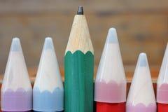 Hölzerne Bleistifte der Nahaufnahme auf Holztisch Stockfotografie