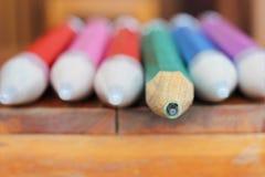 Hölzerne Bleistifte der Nahaufnahme auf Holztisch Lizenzfreies Stockbild